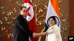 인도를 방문한 리수용 북한 외무상(왼쪽)이 뉴델리에서 수슈마 스와라지 인도 외교장관과 회담했다.