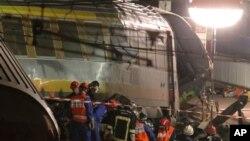 12일 열차 사고 현장에서 구조대가 구조작업을 펼치고 있다.