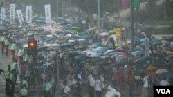 香港民陣發起的7-1大遊行10年來首次在3號風球、傾盆大雨下舉行,人數達第三高。(美國之音湯惠芸)