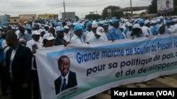 Des manifestants dans les rues de Lomé, le 29 août 2017. (VOA/Kayi Lawson)