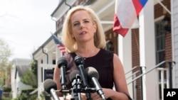 La exsecretaria de Seguridad Nacional de EE.UU. Kirstjen Nielsen, hace declaraciones fuera de su residencia en Alexandria, Virginia, el 8 de abril de 2019.