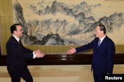 2018年3月23日,菲律宾外交部长艾伦彼得卡耶塔诺(左)与中国国家副主席王岐山在北京中南海会面。