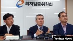 9일 한국의 박준성 최저임금위원장이 정부세종청사 최저임금위원회 전원회의실에서 내년도 최저임금 시급이 올해보다 8.1%(450원) 오른 6천30원으로 결정됐다고 밝히고 있다.
