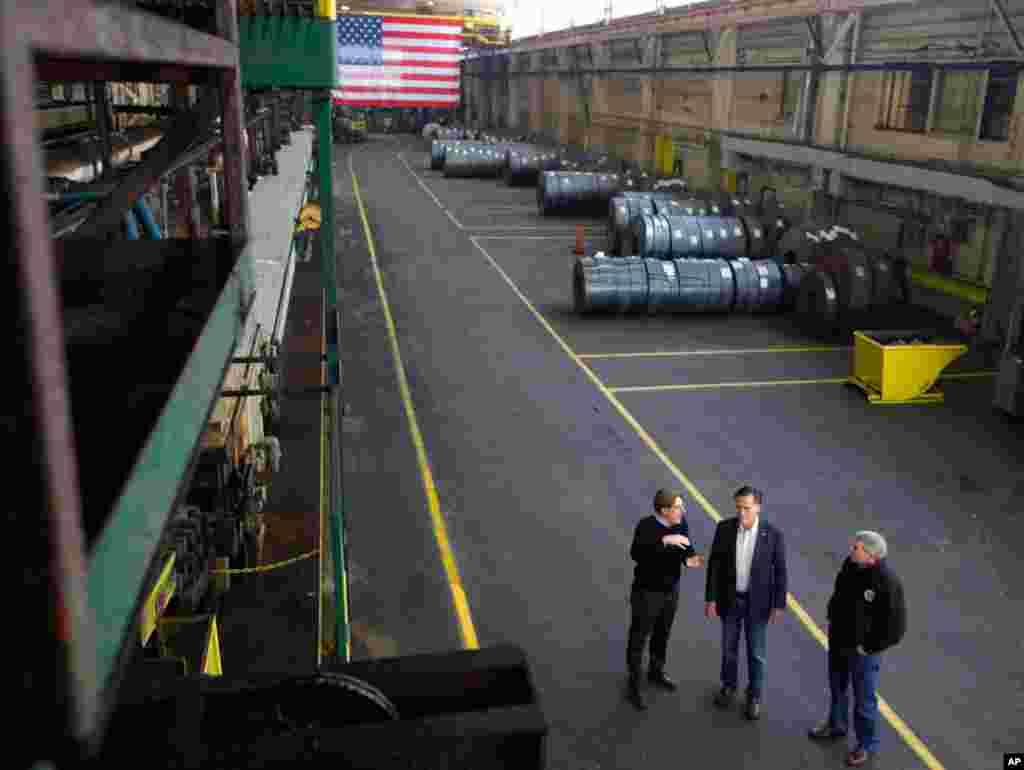 Ông Mitt Romny đi thăm công ty Gregory Industries với Phó chủ tịch Điều hành Matt Gregory (trái) và Thượng nghị sĩ Rob Portman tại Canton, Ohio, ngày 5 tháng 3, 2012. (Reuters)