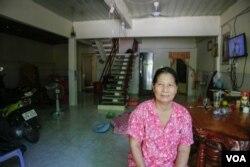 Hak Bopha, 54, a resident of 100 Houses. (Nov Povleakhena/VOA Khmer)