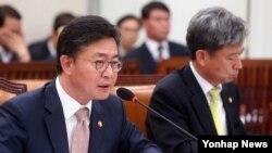 11일 한국 국회에서 열린 외교통상위원회 통일부 등에 대한 국정감사에서 홍용표 통일부 장관이 답변하고 있다.