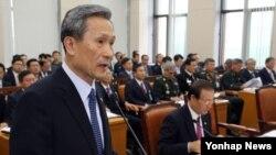 김관진 한국 국방부 장관이 지난달 8일 국회에서 열린 국방위원회 전체회의에서 발언하고 있다. (자료사진)