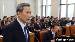 김관진 한국 국방부 장관이 8일 국회에서 열린 국방위원회 전체회의에서 발언하고 있다.