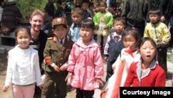 호주의 동화작가 크리스토퍼 리처드슨 씨(왼쪽 두번째)가 방북했을 당시 북한 어린이들과 사진 촬영을 했다.