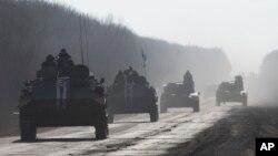 Pasukan Ukraina menarik diri dari wilayah Debaltseve menuju Artemivsk, Ukraina timur (23/2).