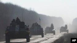 Binh sĩ Ukraine đi trên xe bọc thép gần thị trấn Artemivsk, miền đông Ukraine, ngày 23/2/2015.