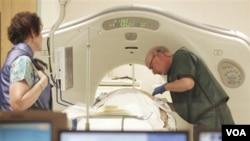 Dr. Steven Birnbaum menjalankan CT Scan pada pasien di Southern New Hampshire Medical Center di Nashua, New Hampshire (03/06/10)