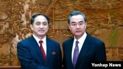 중국 정부 초청으로 방중한 북한 리길성 외무성 부상(왼쪽)이 지난 1일 왕이 중국 외교부장과 만나 악수를 나누고 있다. 지난달 28일 중국을 방문한 리 부상은 류전민 중국 외교부 부부장을 만나 공통 관심사를 논의한 데 이어 왕이 부장과도 회담을 가졌다.