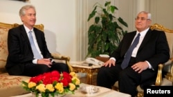 Заместитель госсекретаря США Билл Бернс и временно исполняющий обязанности президента Египта Адли Мансур. Каир. 15 июля 2013 г.