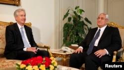 Presiden sementara Mesir, Adli Mansour (kanan) menerima Wakil Menlu AS, William Burns di Kairo (15/7).