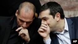 Thủ tướng Hy Lạp Alexis Tsipras bàn luận với Bộ trưởng Tài chính Hy Lạp Yanis Varoufakis.