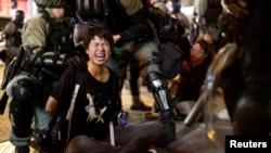 2019年10月7日香港防暴警察在旺角的一个警局前逮捕一名抗议者。