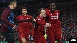 Penyerang Liverpool asal Belgia, Divock Origi (kanan) merayakan dengan gelandang asal Swiss, Xherdan Shaqiri setelah mencetak gol mereka keempat dalam laga leg kedua semifinal Liga Champions antara Liverpool dan Barcelona di station Anfield di Liverpool, Inggris, 7 Mei 2019.