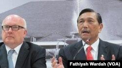 Menkopolhukan Luhut Panjaitan bertemu Jaksa Agung Australia di kantor Menkopolhukam, Senin, 21 Desember 2015. (VOA/Fathiyah Wardah)