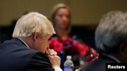 英国外相约翰逊(左)和欧盟高级代表莫盖里尼(后排)在德国、英国、法国和意大利外长会议上听美国国务卿克里讲话。(资料照片)