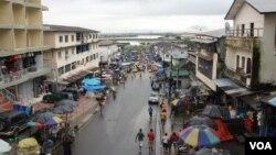 Khu chợ Waterside Market là một trong những trung tâm mua bán quan trọng nhất ở Monrovia, nhưng căn bệnh Ebola đang gây những tác động bất lợi cho khu này, 2/10/14