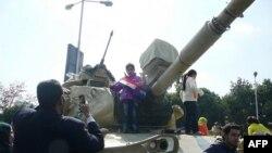 Uşaqlar tankın üzərində inqilabın qələbəsini bayram edir