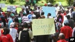 Des partisans de Itai Dzamara protestent dans les rues un an après sa disparition à Harare, Zimbabwe, le 9 mars 2016.