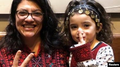 Tlaib dan seorang pendukung cilik. Keduanya menggunakan pakaian tradisional Palestina.