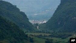 တ႐ုတ္ႏုိင္ငံေတာင္ပိုင္း၊ ယူနန္ျပည္နယ္၊ Nansan ၿမိဳ႕ ေတာင္ကုန္းတခုေပၚမွ ေတြ႔ရသည့္ ျမန္မာႏုိင္္ငံ၊ ကုိုးကန္႔ေဒသ။ ၾသဂုတ္ ၃၀၊ ၂၀၀၉။