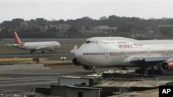 Phi cơ của hãng hàng không Air India trong sân bay quốc tế ở thành phố Mumbai, Ấn Độ