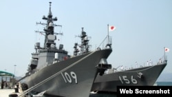 Hai chiến hạm Ariake và Setogiri của lực lượng tự vệ biển Nhật Bản tiến vào cảng quốc tế Cam Ranh (ảnh chụp từ trang vnexpress).