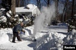 Frenk Kotrel čisti sneg pred kućom u predgrađu Vašingtona, Anandejlu