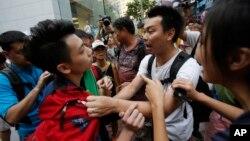 在香港的銅鑼灣街頭,佔中示威人士和反佔中人士發生扭打。