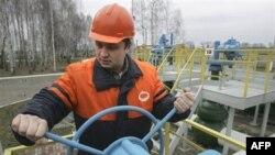 Белорусский нефтяник на одной из насосных станций нефтепровода «Дружба» недалеко от деревни Бобовичи. Беларусь. 11 января 2007 года