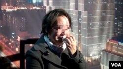 河南女记者在北京接受美国之音采访声称称她举报高官受到打击报复。(美国之音记者东方拍摄)