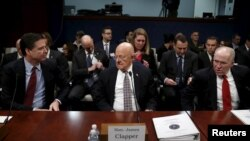 El entonces Director del FBI James Comey, el Director de Inteligencia Nacional James Clapper, y el entonces Director de la CIA John Brennan toman asiento para testificar en una audiencia en Capitol Hill en Washington en 2016.