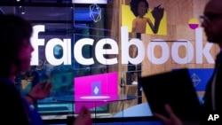 Nhân viên hội nghị phát biểu trước gian hàng của Facebook tại hội nghị phát triển hàng năm F8 ở San Jose, California, ngày 18/4/2017.