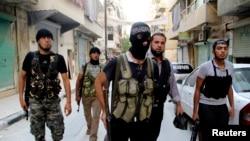 Halep'in Selahaddin mahallesinde devriye gezen Özgür Suriye Ordusu savaşcıları