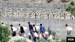 Warga Suriah di perbatasan menyeberang ke Turki untuk menghindari kekerasan akibat pertempuran (14/6).