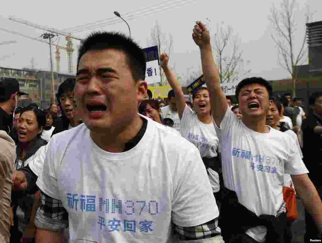 Thân nhân của các hành khách Trung Quốc trên máy bay Malaysia bị mất tích khóc và la hét phản đối trong cuộc tuần hành về phía Đại sứ quán Malaysia ở Bắc Kinh, ngày 25/3/2014.
