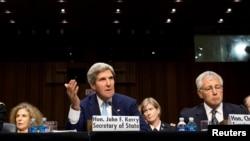 Menlu AS John Kerry (tengah) dan Menhan AS Chuck Hagel (kanan) saat memberikan keterangan mengenai situasi di Suriah di depan Komisi Urusan Luar Negeri di DPR Amerika (4/9).