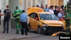 Cảnh sát cho biết họ đã mở một cuộc điều tra hình sự về vụ việc bị nghi là vi phạm luật giao thông khi một chiếc xe taxi tông vào đám đông có cổ động viên bóng đá ở Moscow tối thứ Bảy.
