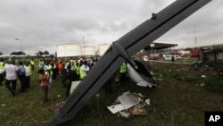 Tim SAR berkumpul di sekitar jatuhnya pesawat kecil berpenumpang 20 orang di bandara Lagos, Nigeria (3/10). 13 orang dilaporkan tewas dalam insiden tersebut.