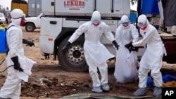 Wafanyakazi wa afya wabeba maiti ya mgonjwa wa Ebola, Monrovia, Liberia Agosti 12, 2014