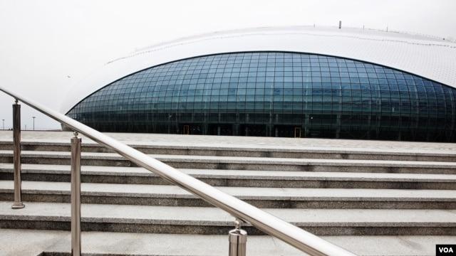 """The oval-shaped """"Bolshoy"""" Ice Dome will host hockey matches in Sochi, March 15, 2013. (VOA/V. Undritz)"""