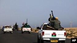 Líbia: Rebeldes apertam cerco a cidade natal de Gadhafi