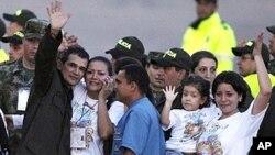 Carlos Jose Duarte, một cảnh sát Colombia được phiến quân FARC trả tự do, vẫy chào khi ông tới sân bay Villavicencio, ngày 2/4/2012