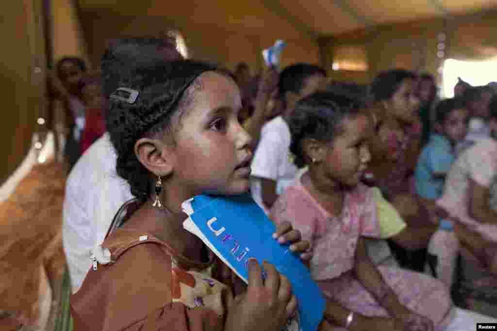 Des enfants maliens fréquent l'école financée par l'UNICEF dans le camp de Mbera.