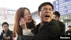Sanak keluarga para penumpang pesawat Malaysia Airlines MH370 di Beijing terus menuntut jawaban (foto: dok).