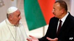 프란치스코(왼쪽) 교황이 사흘간의 조지아-아제르바이잔 순방 일정 중 2일 아제르바이잔 수도 바쿠에서 일함 알리예프 대통령을 만나 환담하고 있다.